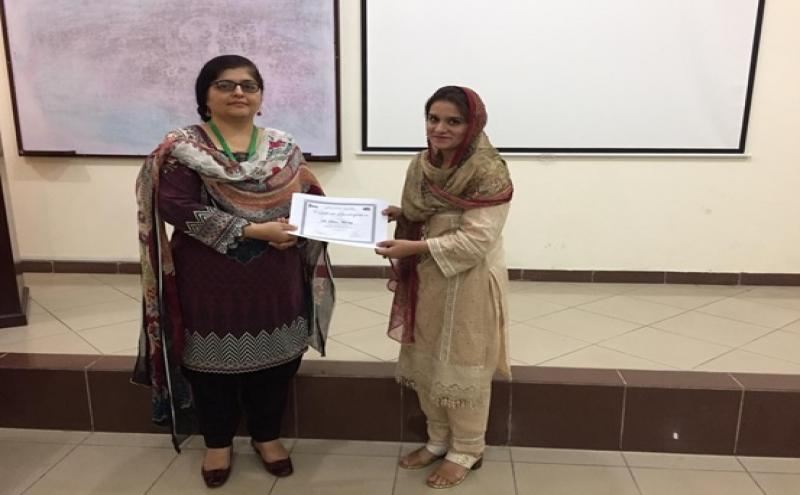 Director IBMS Dr. Zilli Huma presenting certificate of best presentation to Dr. Saima Mumtaz